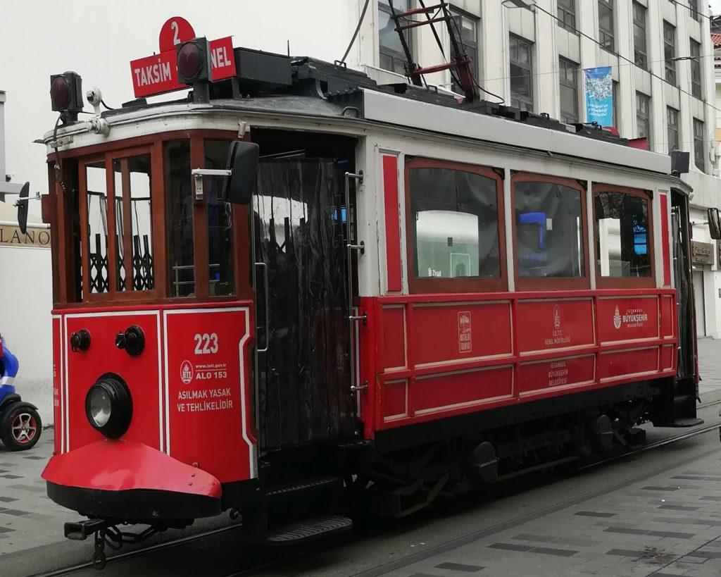 Ретро-трамвай на улице Истикляль, Стамбул, Турция